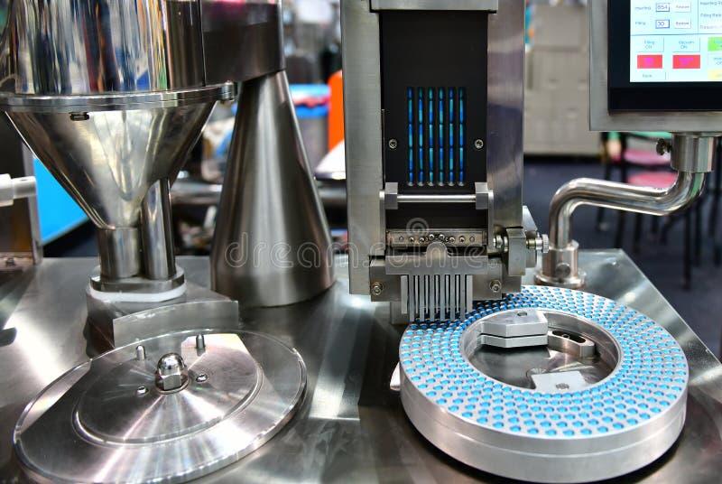 Chaîne de production bleue de pilule de médecine de capsule photo libre de droits
