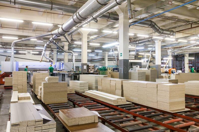 Chaîne de production d'usine de meubles photographie stock libre de droits
