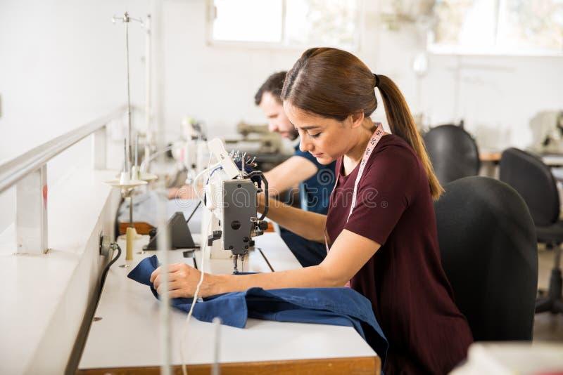 Chaîne de production dans une usine de textile photo libre de droits