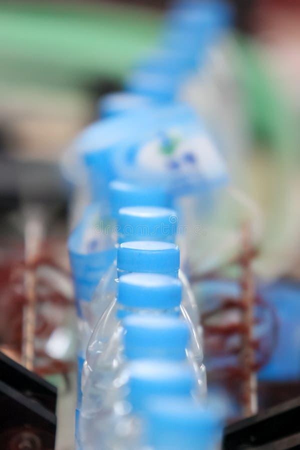 Chaîne de production de bouteille d'eau de boissons photo libre de droits