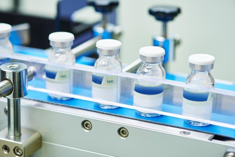 Chaîne de production pharmaceutique de bouteilles en verre photographie stock libre de droits