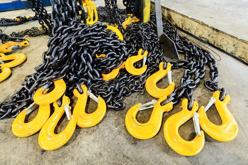 Chaîne en acier noire et crochets jaunes de cargaison image libre de droits