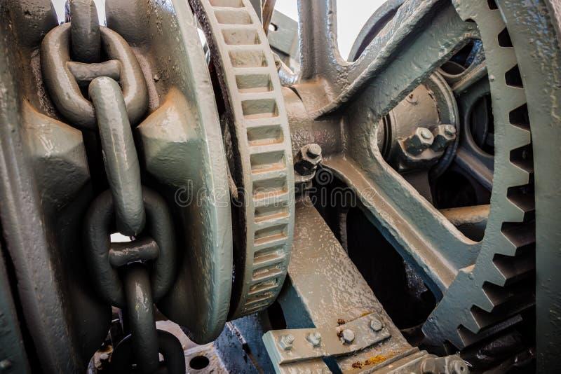 Chaîne et dent mécaniques d'ancre en métal dans le grand bateau photographie stock libre de droits