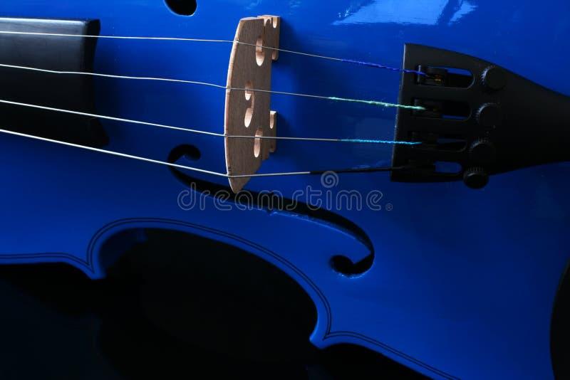 Chaînes de caractères bleues de violon photographie stock