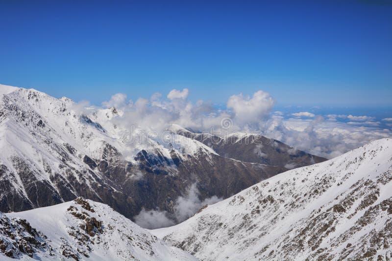 Chaînes de montagnes avec les cloudscapes, le sable et les formations de roche renversants photo libre de droits