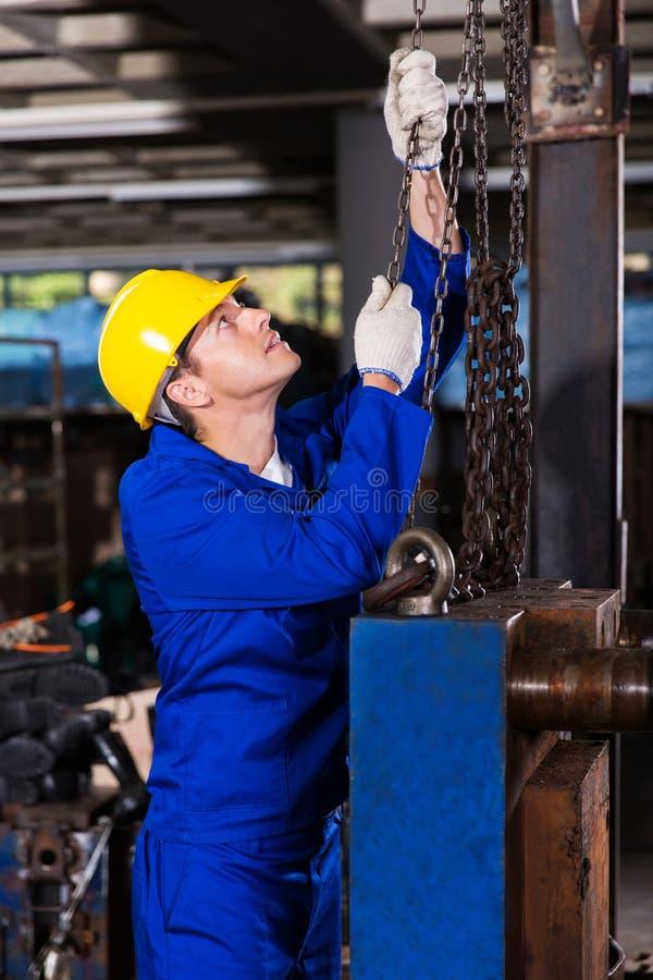 Chaînes de traction de travailleur image stock
