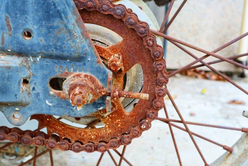 Chaînes et roues arrière, vieilles motos avec la rouille photographie stock libre de droits