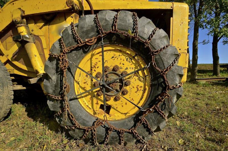 Chaînes sur le pneu énorme d'une machine de excavation image libre de droits