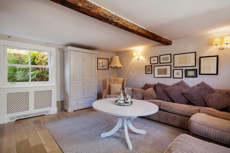 Chałupa żywy pokój z kanapami i obrazek ramami zdjęcia royalty free
