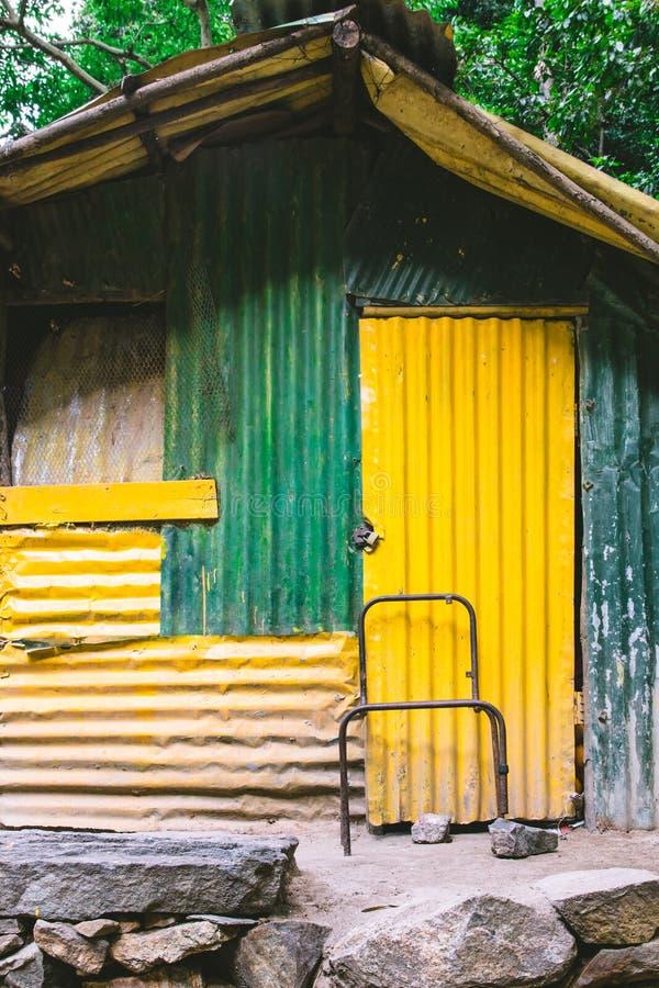 Chałupa lub malowaliśmy zieleń i kolor żółtego fotografia royalty free