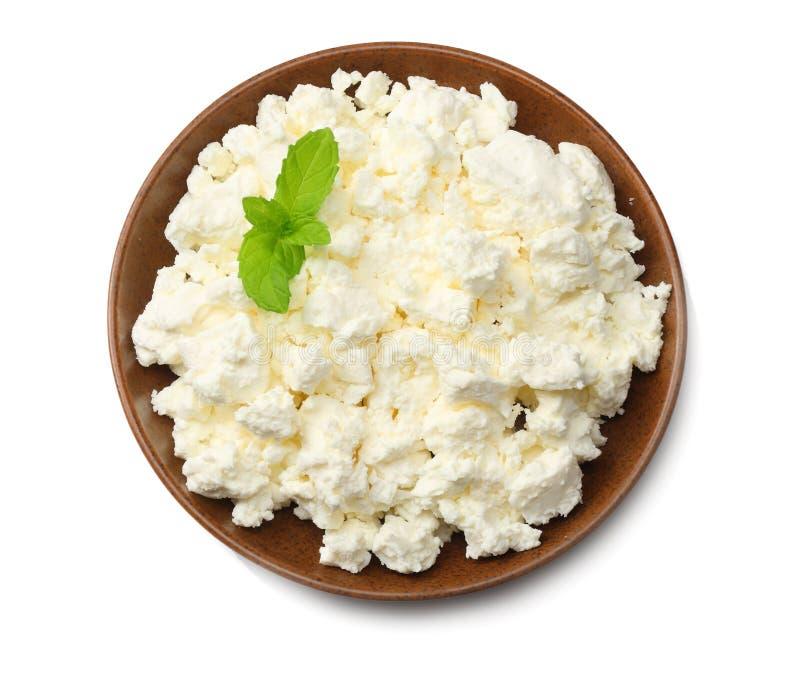 Chałupa ser w brązu pucharze odizolowywającym na białego tła odgórnym widoku obrazy stock