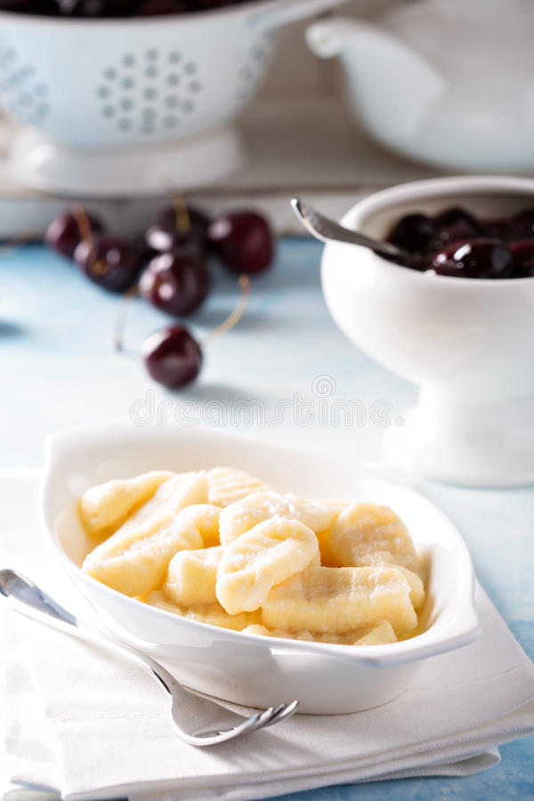 Chałupa sera gnocchi z czereśniowym kumberlandem fotografia royalty free