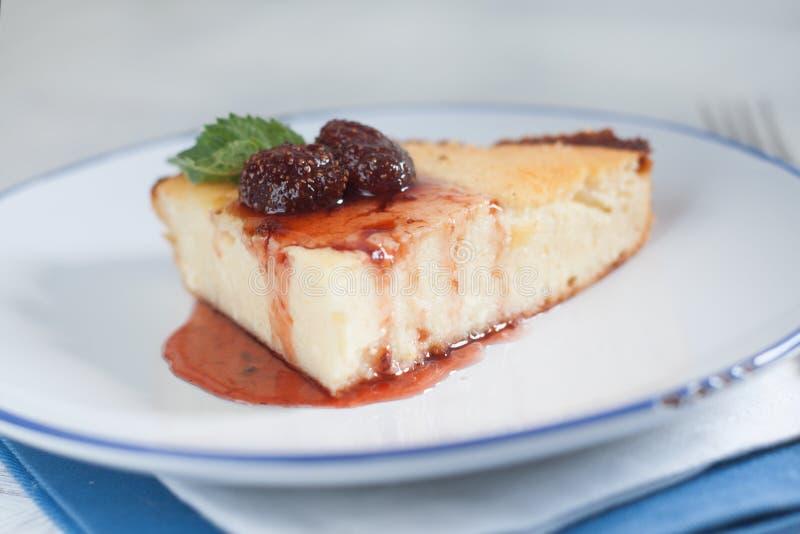 Chałupa sera potrawka z truskawkowym dżemem obrazy royalty free