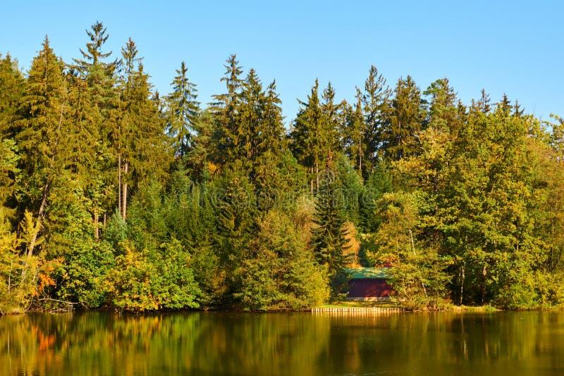 Chałupa stawem w jesieni obraz stock
