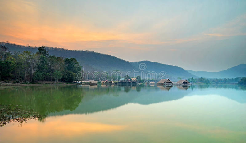 Chałupa w jeziorze z nieba tłem zdjęcia royalty free