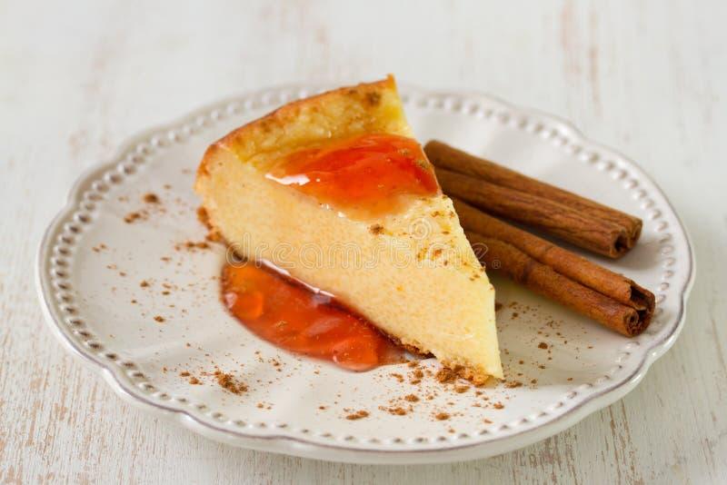 Chałupy cheesecake z dżemem i cynamonem obrazy royalty free