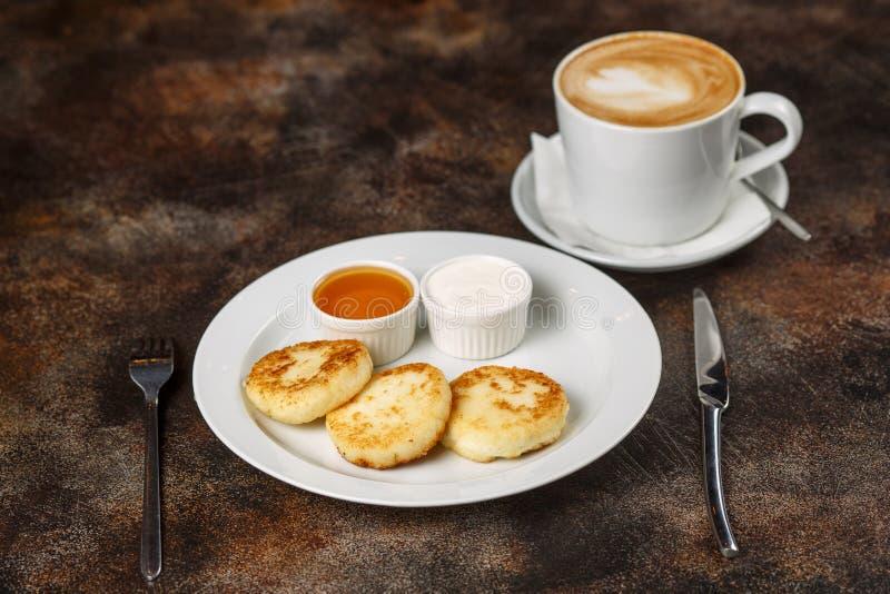 Chałupy serowego curd fritters z latte kawą lub bliny zdjęcia stock