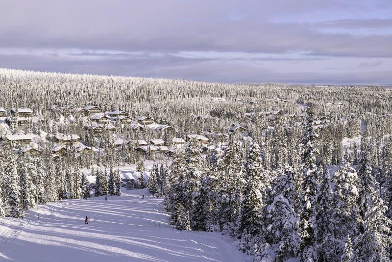 Chałupy wioska w zimie ośrodek narciarski Finlandia Ruka obrazy stock