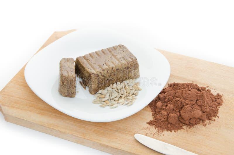 Chałwa z kakaowym proszkiem na drewnianej desce fotografia stock