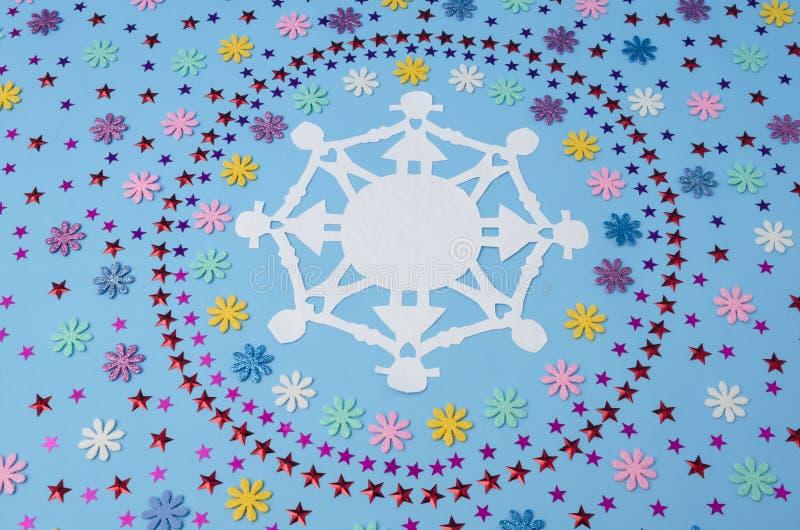 Cha?ne de papier et cercles de poup?e faits ? partir des confettis de fleurs et d'?toiles images libres de droits