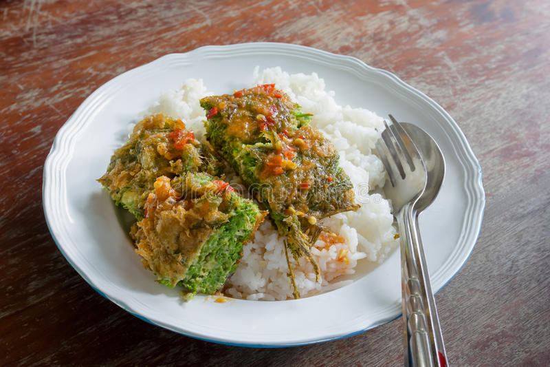 Cha-OM-καλυμμένο αυγό με τη σάλτσα τσίλι κολλών γαρίδων, ταϊλανδική κουζίνα στοκ εικόνες με δικαίωμα ελεύθερης χρήσης