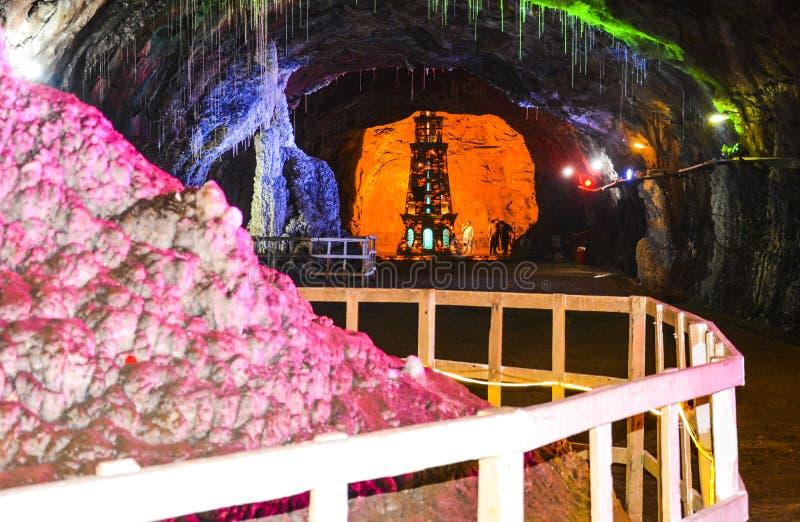 Chaaghi-Gebirgsmonument- u. -salzminarett innerhalb Khewra-Bergwerkes stockbild
