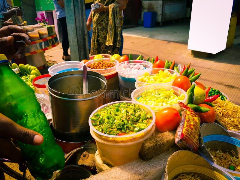 Chaat de mélange de Jhalmuri vendu par un vendeur d'aliments de préparation rapide photo stock