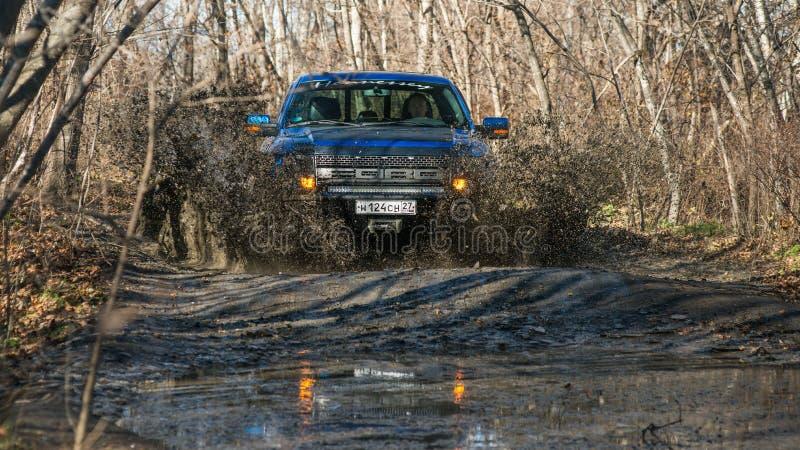 Chabarowsk, Russland - 20. Oktober 2016: Raubvogel SUV Fords F150 ist auf der Straße, die auf Schmutz fährt stockfotografie