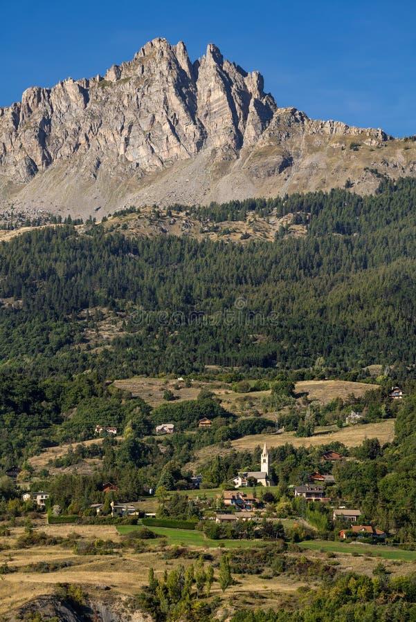 Chabrieres针和L ` Eglise, Hautes Alpes,法国村庄  库存照片