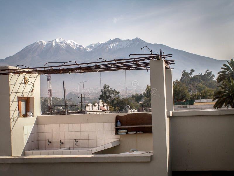 Chachani dal tetto dell'hotel fotografia stock