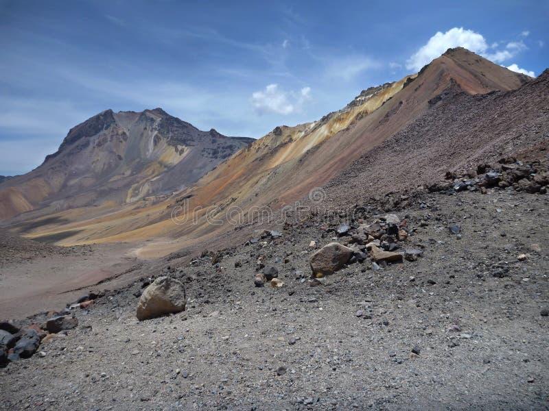 Chachani del nevado del volcán sobre Arequipa foto de archivo libre de regalías