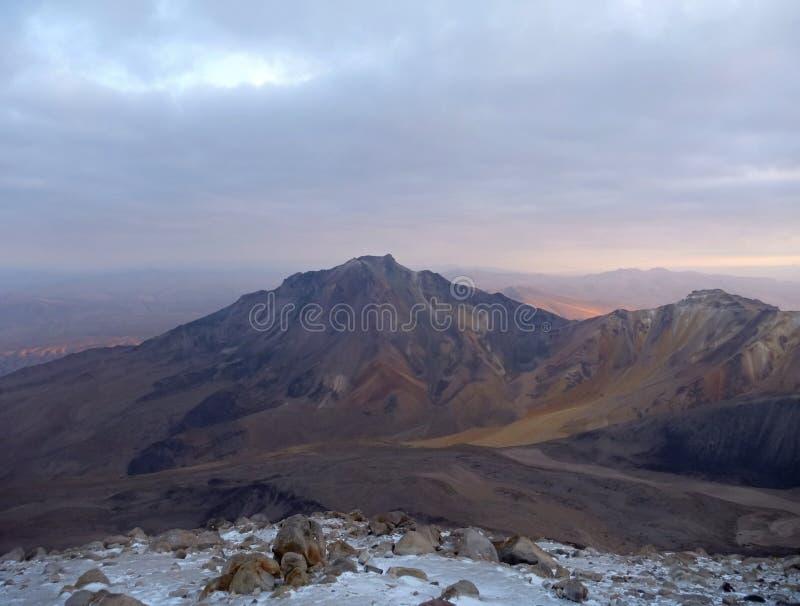 Chachani del nevado del volcán sobre Arequipa imagen de archivo libre de regalías