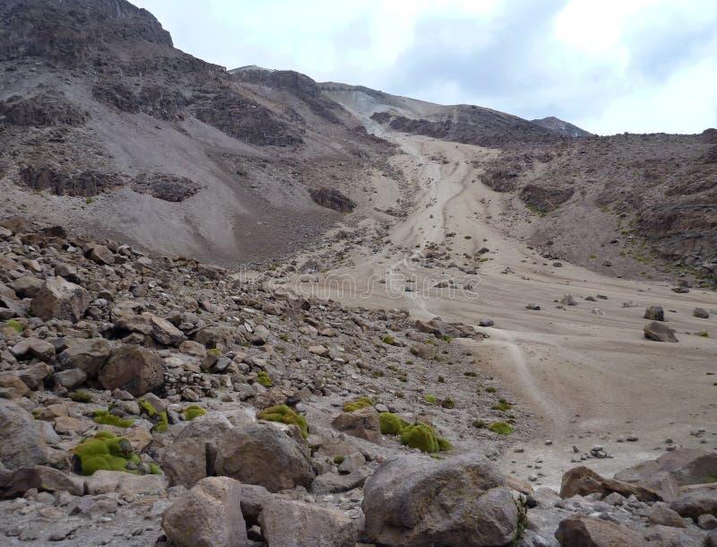 Chachani del nevado del volcán sobre Arequipa fotografía de archivo libre de regalías
