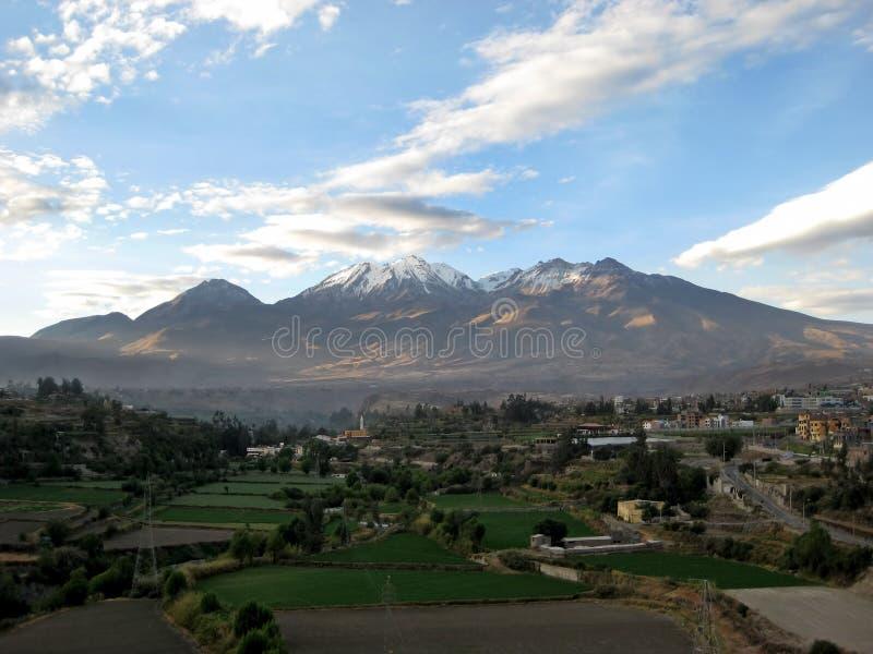 Chachani vulkan ovanför Arequipa, Peru arkivfoto