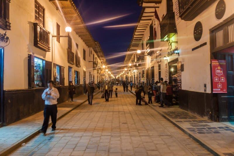 CHACHAPOYAS, PERU - 12. JUNI 2015: Leute gehen auf Amazonas-Straße in Chachapoyas, PET stockbilder