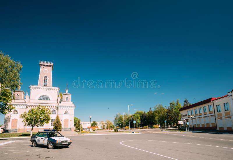 Chachersk, Belarus Stationnement de voiture de police sur la rue près de la vieille ville hôtel image libre de droits