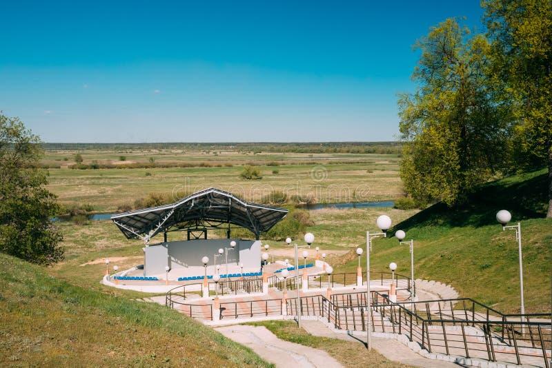 Chachersk, région de Gomel, Belarus Amphithéâtre en parc de ville images stock
