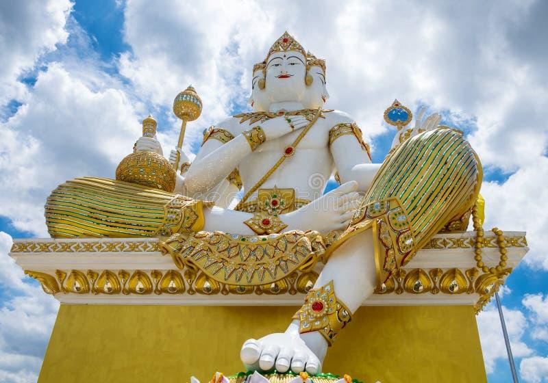 Chachoengsao, Tailandia - 24 de agosto de 2015: Estatua grande del brahma de dios en cielo delantero y azul en rattanaram del sam fotos de archivo