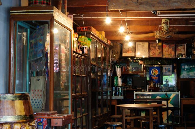Chachoengsao Thailand - Oktober, 16 2010: Traditionell marknad för gammal lagerinsida i Chachoengsao, Thailand Vertikal bild för  fotografering för bildbyråer
