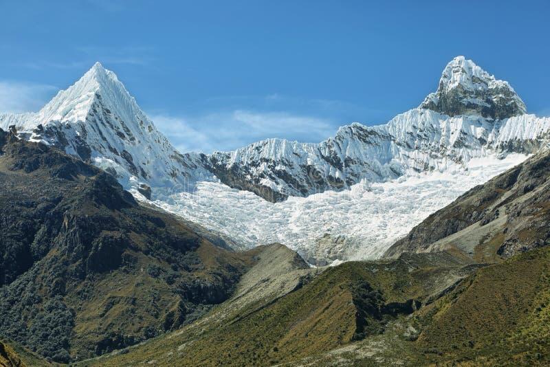 Chacraraju szczytu 6108m ostrosłupa szczyt w Cordiliera Blanca, Peru, Ameryka Południowa obraz royalty free