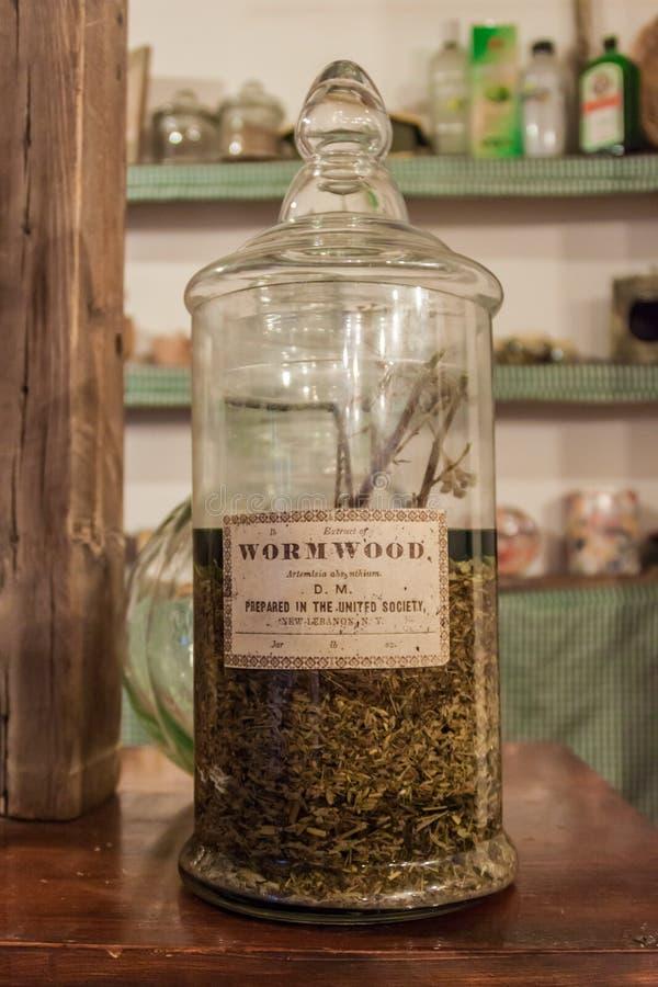 CHACRAS DE CORIA, АРГЕНТИНА - 1-ОЕ АВГУСТА 2015: Бутылка absinth выдержки absinthium артемизии на магазине Антигуы Ла внутри стоковое фото