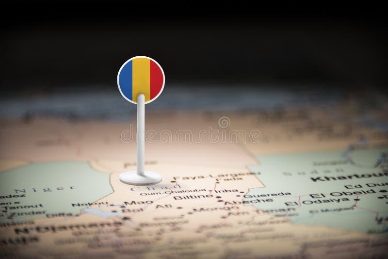 Chad marcado con una bandera en el mapa imagenes de archivo