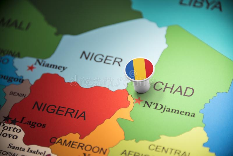 Chad marcado con una bandera en el mapa foto de archivo