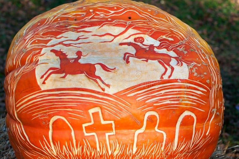 CHADDS FORD, PA - 26 OCTOBRE : Potiron de cavalier sans tête au grand potiron Carve découpant le concours le 26 octobre 2013 image libre de droits