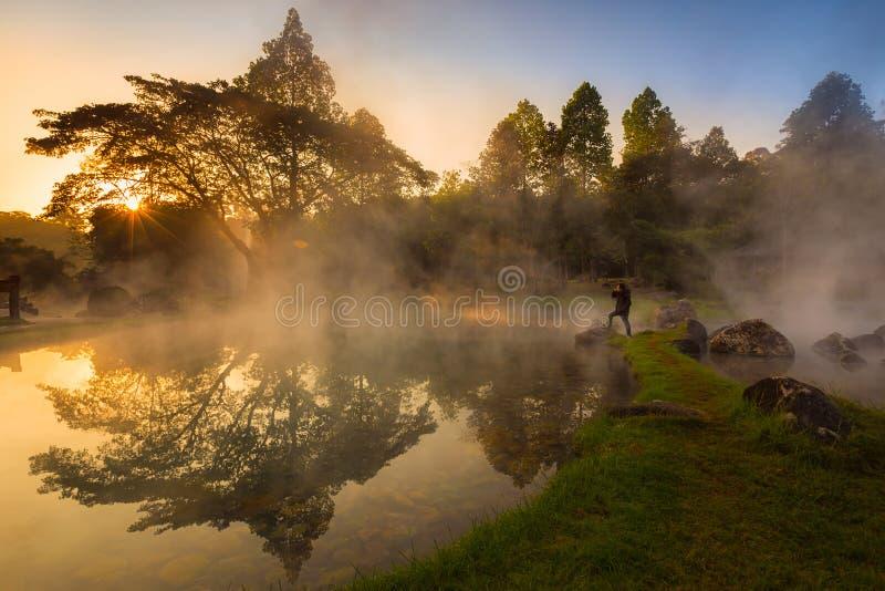 Chaeson Nationaal Park, Lampang, Thailand, de hitte van de hete lente die een nevelige en schilderachtige sc?ne verstrekken die b royalty-vrije stock fotografie