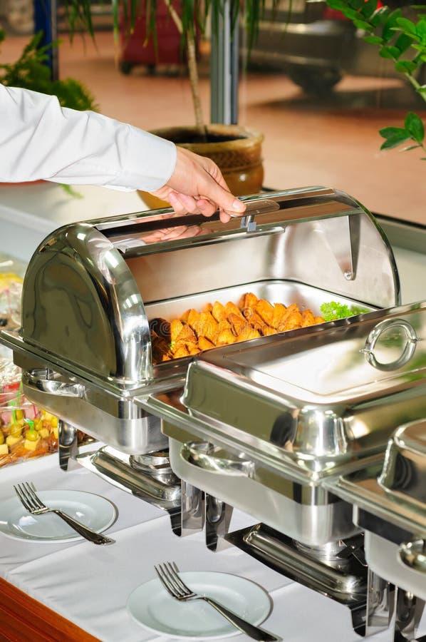 Chafing schotelverwarmer met geroosterd vlees stock foto's