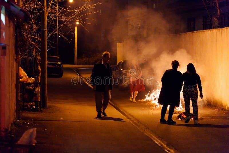 Chaharshanbe Suri es festival persa del fuego La gente salta sobre el fuego en la calle en Astara Provincia de Gilan, Irán imagen de archivo
