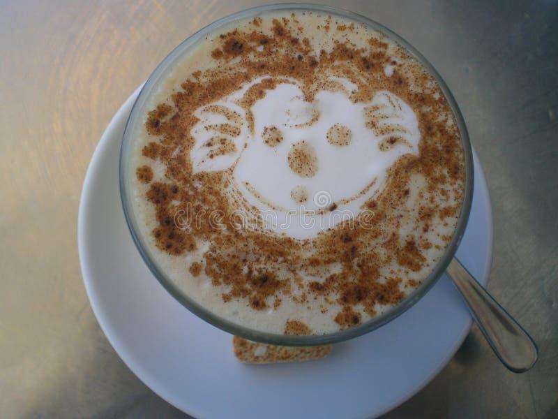 Chai Latte deliciosa em Sydney, Austrália com projeto da coala imagem de stock