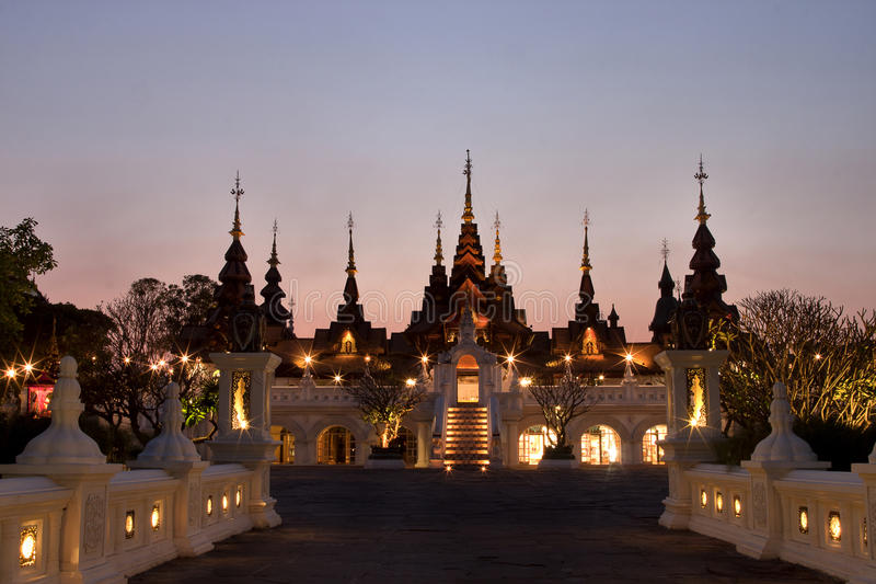 CHAIANG-MAI, THAILAND - MARS 8, 2014: Den lyxiga semesterorten, Manda arkivfoto