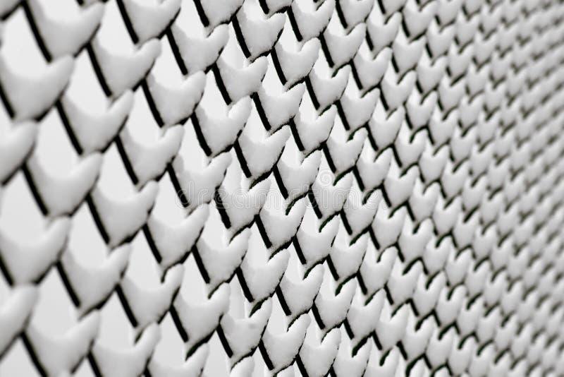 Chain anknyter staket med snow royaltyfria bilder